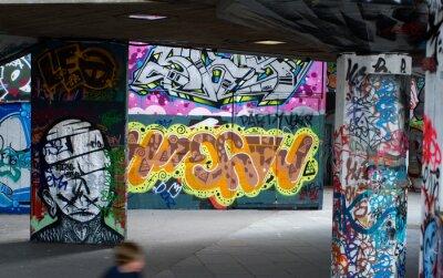 Фотообои красочные граффити под мостом