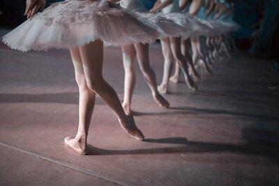 Фотообои Танцоры в белом пачки синхронизированы танцы