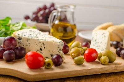 Фотообои Вкусный голубой сыр с оливками, виноградом и салатом