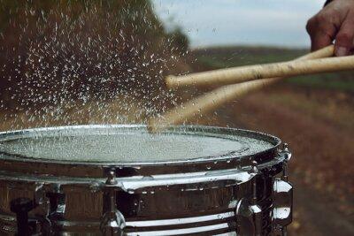Фотообои Барабан с водой на него и всплеск после воздействия на него