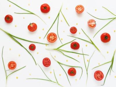 Фотообои Едят образец свежих помидоров и зеленого лука. Овощной фон питания. Вырезать помидоры на белом фоне.