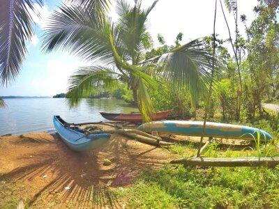 Фотообои Ein Blaues Katamaran liegt в Айнем traumhaften Strand ауф дер Tropeninsel Шри-Ланка