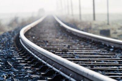 Фотообои Einspurige Bahnlinie им Morgennebel