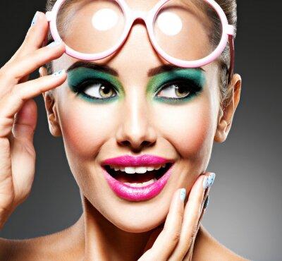 Фотообои Лицо красивой выразительной девушки с модным макияжем