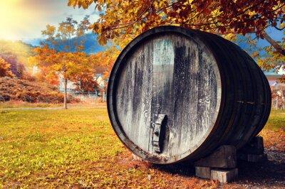 Фотообои Fall пейзаж со старой деревянной бочке вина