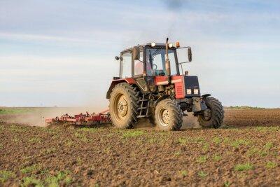 Фотообои Фермер выращивание пахотной земли перед посевом