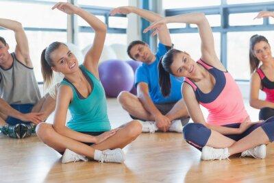 Фотообои Фитнес класс и инструктор сидит и растяжения руки