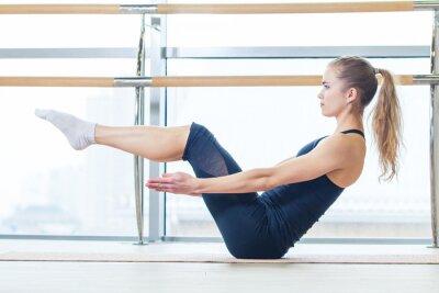 Фотообои фитнес, спорт, обучение и образ жизни концепция - женщина делает