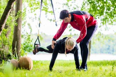 Фотообои Фитнес и спорт - пара, делая Slingtraining