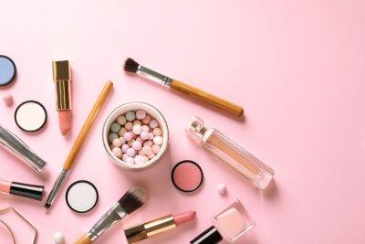 Фотообои Плоская планировка с продуктами для декоративного макияжа на пастельном розовом фоне