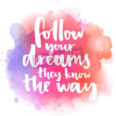 Фотообои Следовать вашей мечты они знают путь. Вдохновляющие цитаты о жизни и любви. Современный текст каллиграфии, рукописный с кистью на розовом и оранжевом фоне акварель всплеск с bokehs.