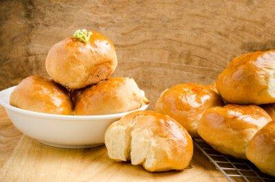 Фотообои Свежие булочки на деревянном фоне, домашнее хлебобулочные изделия