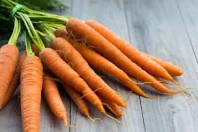 Фотообои Свежая морковь кучу на деревянном фоне
