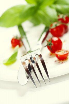 Фотообои свежие помидоры, нож и вилка на тарелке