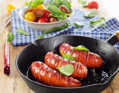 Фотообои Жареные сосиски на сковороде на свежих овощей.