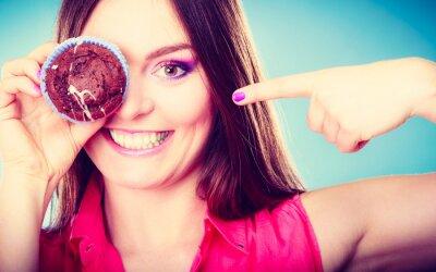 Фотообои Смешные женщина держит торт в руке, охватывающих ее глаза