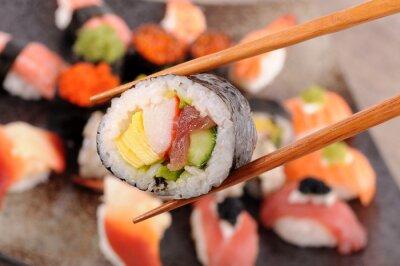 Фотообои Футомаки суши удерживаемых палочками