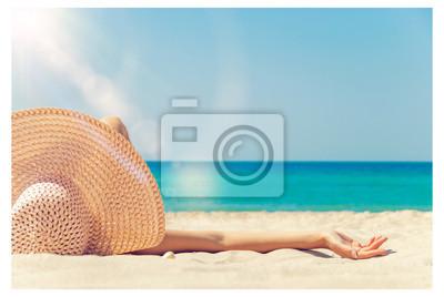 Фотообои девушка лежит на белом песке на пляже