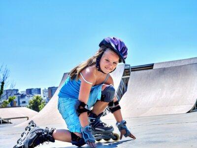 Фотообои Девушка верхом на роликовых коньках в скейтпарк.