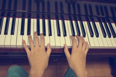 Фотообои Руки девушки на клавиатуре фортепиано: Урожай фильтр