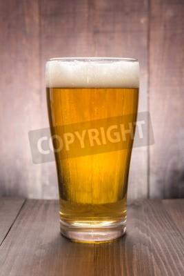 Фотообои Стакан пива на деревянном фоне.