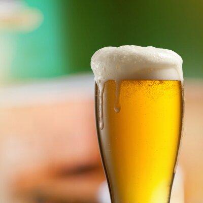 Фотообои Стекло светлого пива в пабе