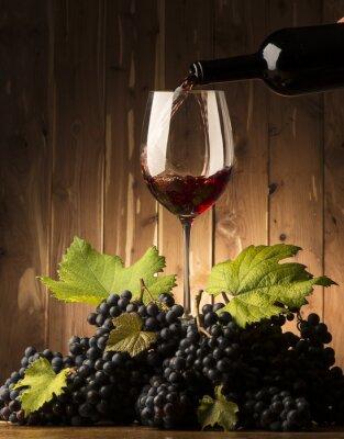 Фотообои Стекло с красным вином и grapeson деревянный стол