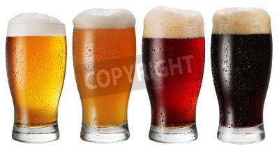 Фотообои Стекла пива на белом фоне.