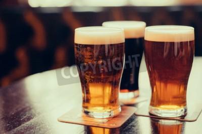 Фотообои Стекла светлого и темного пива на фоне паба.