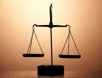 Фотообои Золотые весы правосудия на коричневом фоне