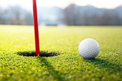 Фотообои мяч для гольфа рядом с отверстием