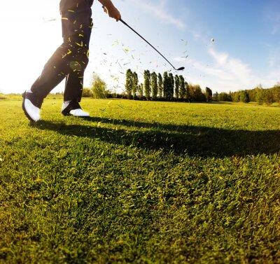 Фотообои Гольф качели на ходу. Игрок в гольф выполняет гольф выстрел