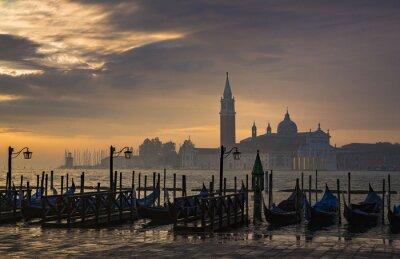 Фотообои Гондолы по Санкт-Марк площади во время восхода солнца с Сан-Джорджо-ди-Маджоре церкви в фоновом режиме в Венеции