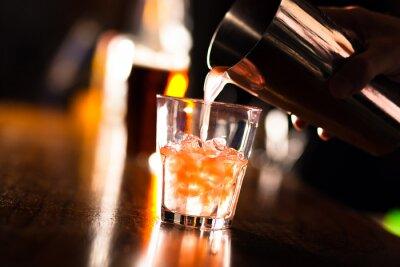 Фотообои Руки бармена налить напиток в стакан