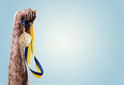 Фотообои Руки затяните медаль