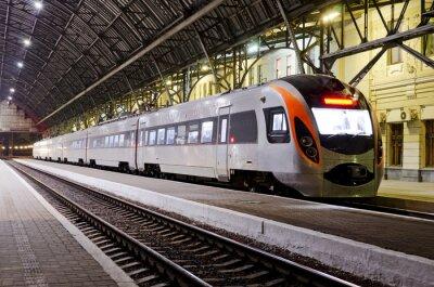 Фотообои Скоростной поезд на железнодорожной станции