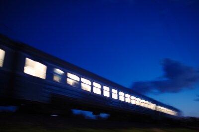 Фотообои Освещенная поезд, идущий мимо ночью