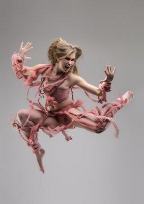 Фотообои Прыжки закутанная женщина в студии на сером фоне