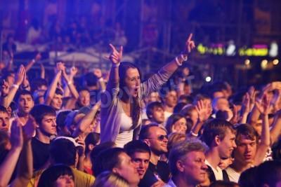 Фотообои КИЕВ, УКРАИНА - 30 ИЮНЯ 2012: Люди танцуют во время королевы на сцене на благотворительном концерте Anti-AIDS на Майдане Незалежности 30 июня 2012 года в Киеве, Украина