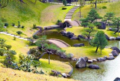 Фотообои Ухоженный холмистый сад камней с небольшими мостиками над извилистой потоком, в гору шагов, сосны