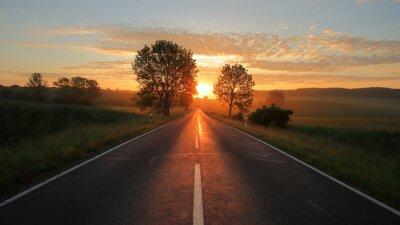 Фотообои Lange Straße mit Sonnenaufgang rote Sonne