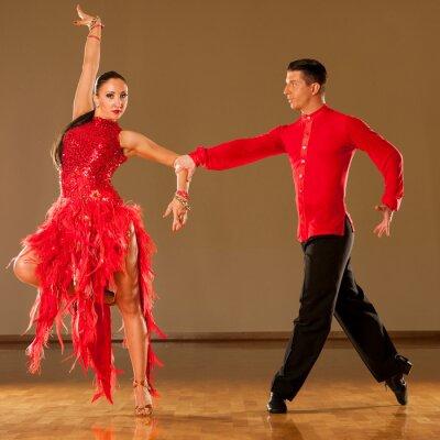 Фотообои латино танцевальная пара в действии - танцуют дикие самбу