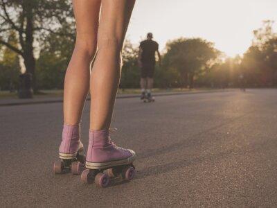 Фотообои Ноги молодой женщины на роликовых коньках в парке
