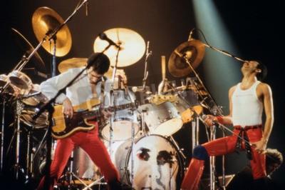 Фотообои Лейден, Нидерланды - 27 ноября 1980: Королева во время концерта в Groenoordhallen в Лейдене в Нидерландах