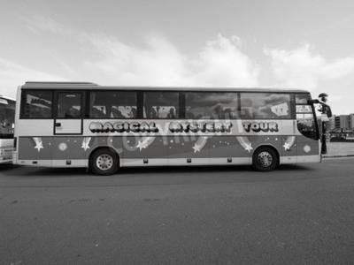 Фотообои Ливерпуль, Великобритания - CIRCA июня 2016: The Beatles Magical Mystery Tour автобус в черно-белом