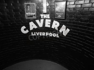 Фотообои Ливерпуль, Великобритания - CIRCA Июнь 2016: Клуб Cavern ночной клуб на 10 Mathew Street, где The Beatles играли в черно-белом