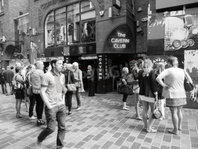 Фотообои LIVERPOOL, Великобритания - CIRCA ИЮНЬ 2016: ночной клуб Cavern Club на улице Мэтью 10, где The Beatles играл в черно-белом