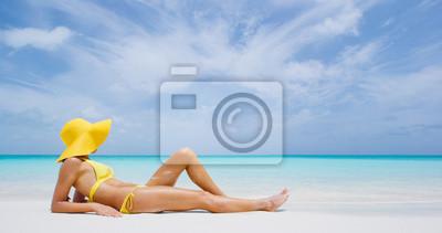Фотообои Luxury beach travel - Сексуальная женщина, загорающая на пляже с бикини на пляже. Красивая многорасовых азиатских кавказских женщин модель на путешествия отпуск каникулы.