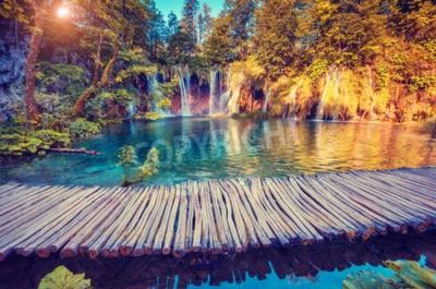 Фотообои Величественный вид на бирюзовые воды и солнечных лучей в Национальном парке Плитвицкие озера, Хорватия