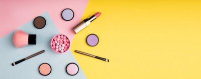 Фотообои Макияж продукты и декоративная косметика на цвет фона плоской планировки. Концепция блогов моды и красоты. Длинный веб-формат для баннера